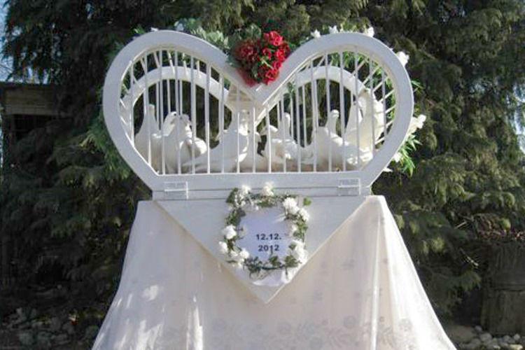 Beispiel: Taubenkäfig in Herzform, Foto: Hochzeitstauben.