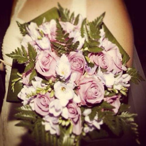Bouquet flores variadas en tonalidades malvas