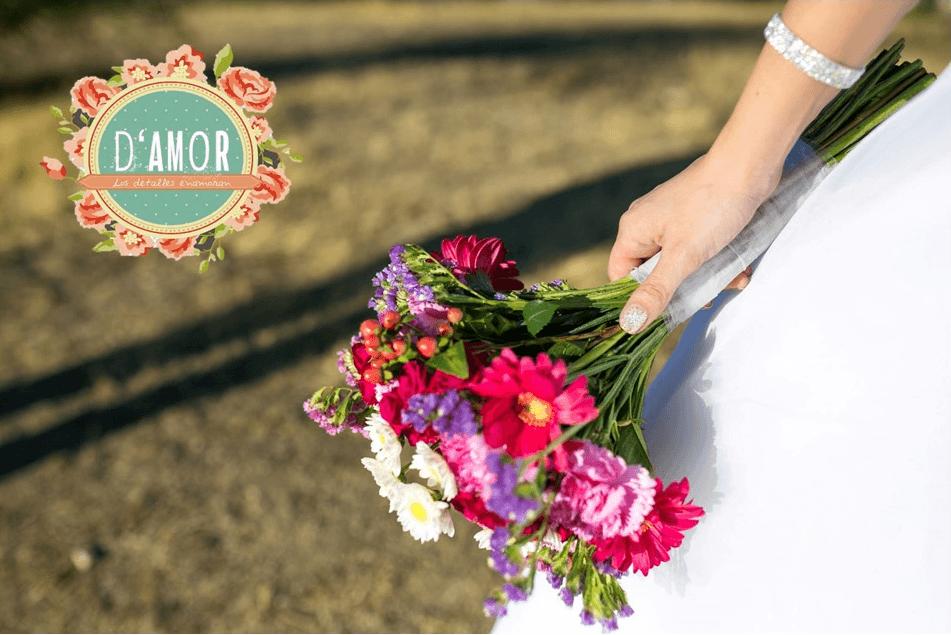 Ramo de rosas rosadas con mini rosas fucsias, margaritas blancas y rosadas, lisianthus lilas, hipericum rojo, y siemprevivas moradas y lilas.