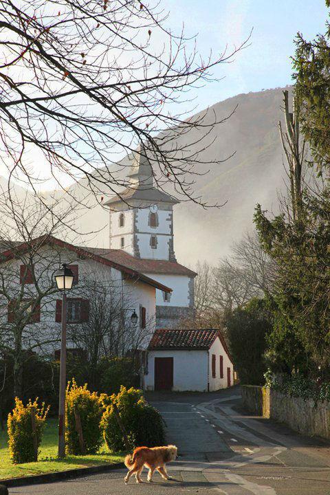 L'eglise d'Itxassou sous les brumes matinales