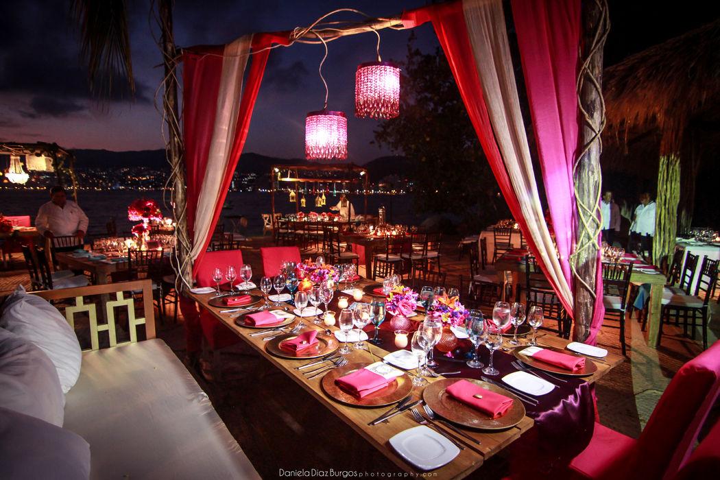 Locación: Villa Alejandra    * Fotografo: Daniela Diaz Burgos   * Decoración: Estilo ecléctico y colores vivos   * Banquete y Decoración: Banquetes Larekhi