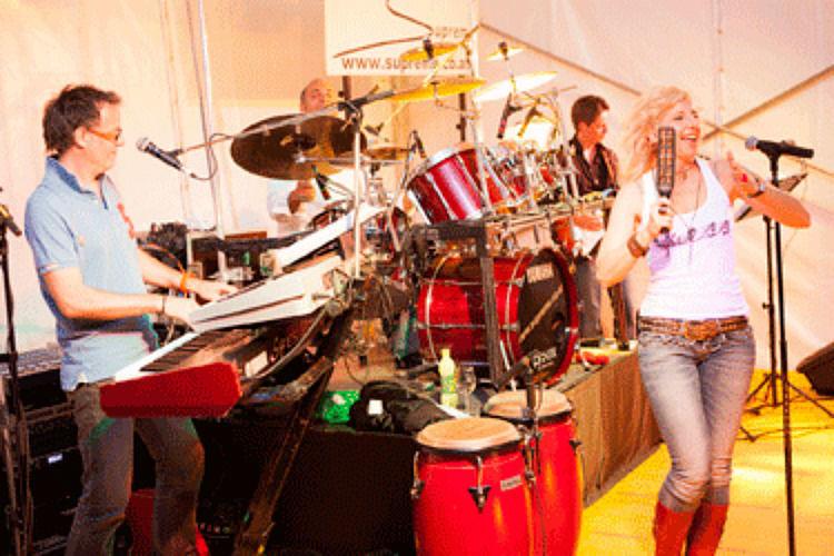 Beispiel: Band mit Sängerin, Foto: Supreme.