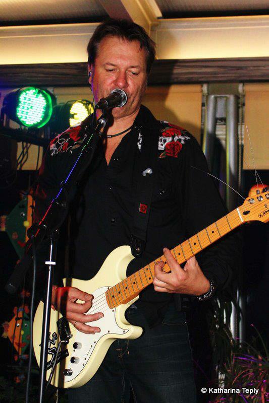 Beispiel: Gitarrist und Sänger, Foto: Johnny & Mary.