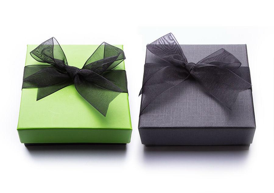 Diferentes opciones de presentación. Variedad de colorido en cajas y lazos.