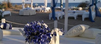 Backstage - Event & Wedding Planners: Allestimento spiaggia