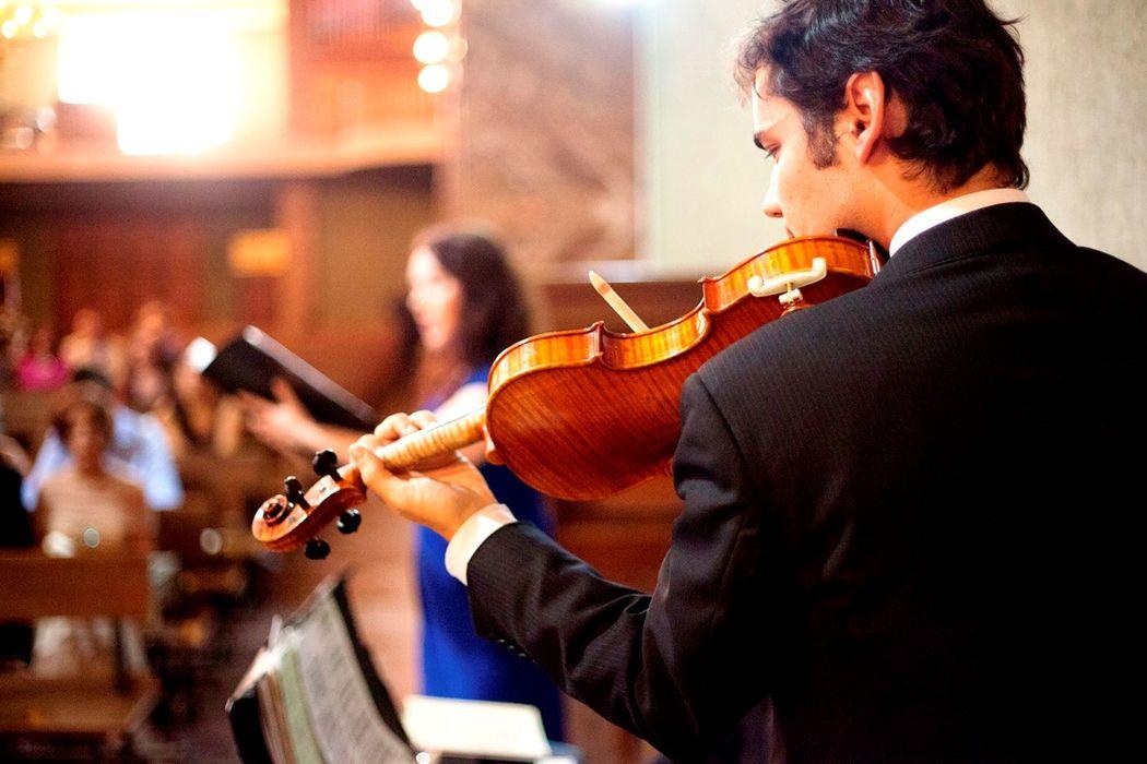 Violinista en ceremonia religiosa