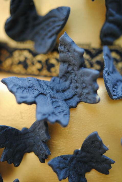 Mariposa texturizada con encaje y realizada en pasta de azúcar.
