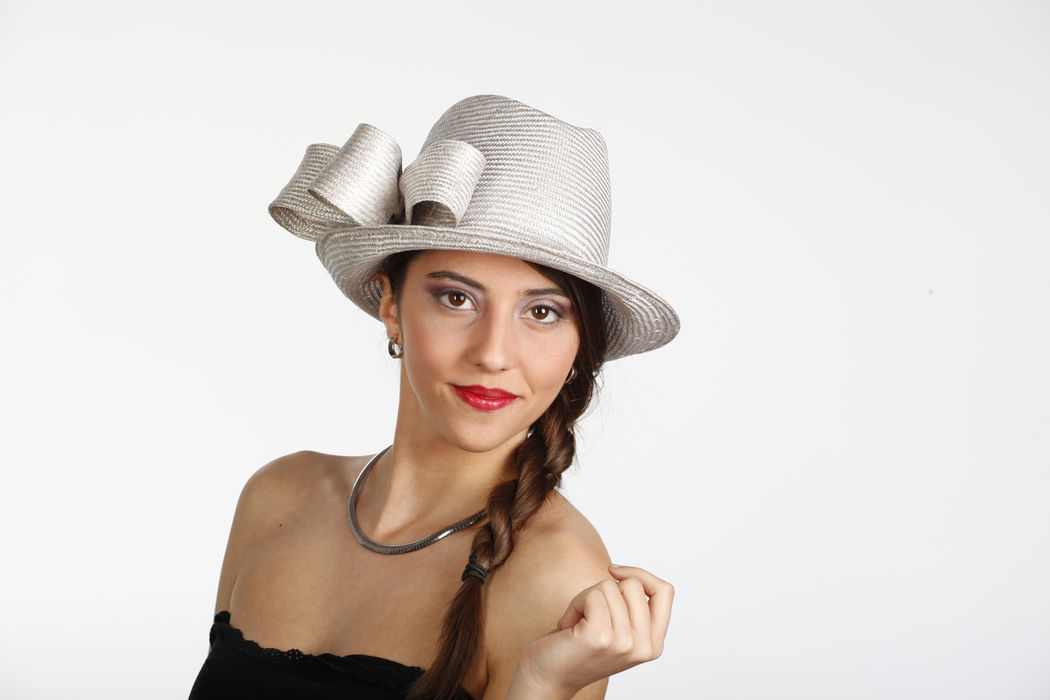 Sombrero joven linea masculina para mujer, fabricado en parasisol con lazo en la parte derecha. Una sombrero que perfectamente te puede vestir en un día especial, bodas, eventos etc...
