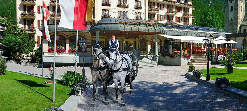 Beispiel: Hochzeitskutsche vor dem Hotel, Foto: Grand Hotel Zermatterhof.