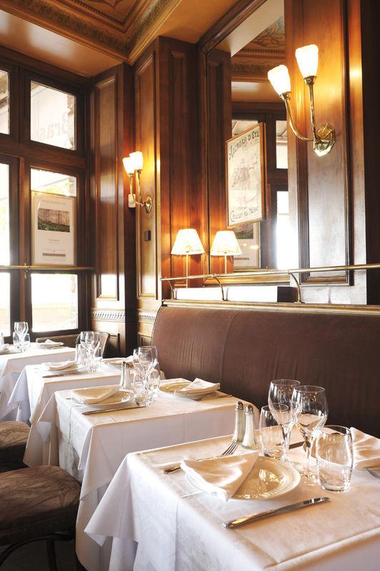 Le décor Belle Epoque, avec les tons chauds de ses boiseries en noyer et ses grandes glaces distille une ambiance de bien être et de confort au charme quelque peu parisien.