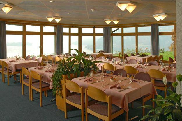 Beispiel: Restaurant mit Blick auf den See und die Berge, Foto: Hotel Restaurant Meielisalp.
