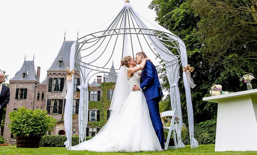 Huwelijksvoltrekking in de tuinen van het kasteel
