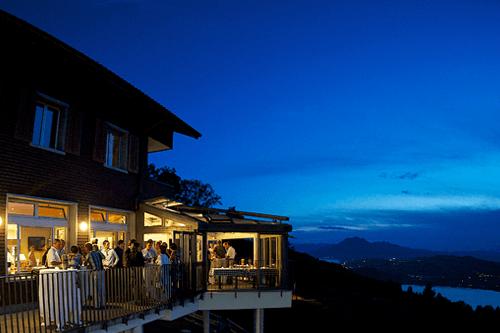 Beispiel: Aussenansicht bei Nacht, Foto: Restaurant Zugerberg.