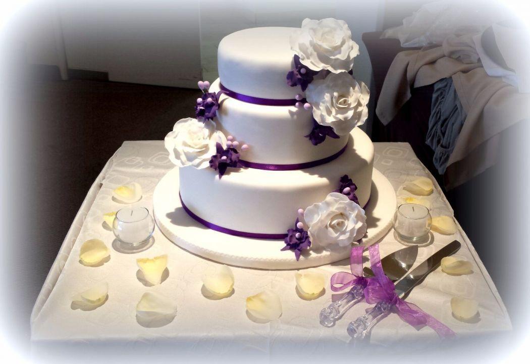 Torta Rosas blancas y orquideas pequeñas