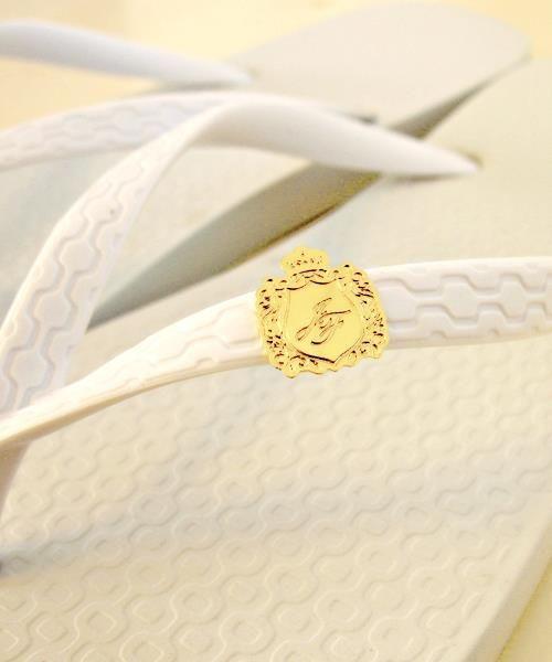 Rebite (ou pin) para sandálias com o monograma dos noivos.