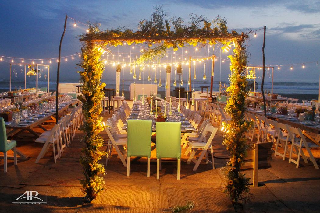 Locación: Casa Blanca  * Fotógrafo: Alex Rosales  * Decoración:  Vintage Beach con tiras de fotos  * Banquete y Decoración: Banquetes Larekhi