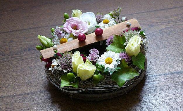 Beispiel: Gestecke aus Naturmaterialien, Foto: Die kleine Blumenwerkstatt.