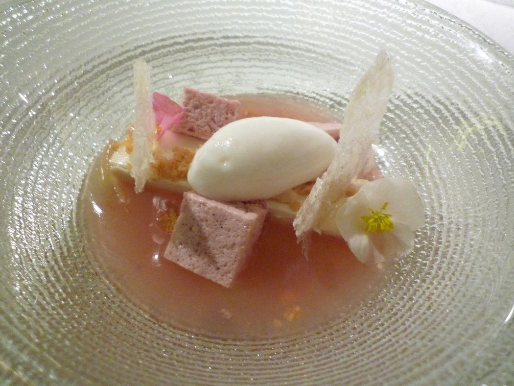Infusión de guayaba, mousse de chocolate blanco, esponja de fresa, helado de coco e hinojo.