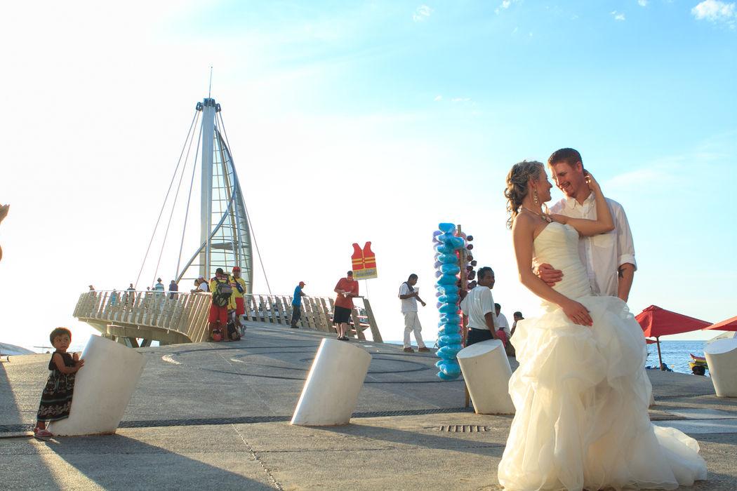 Fotos de boda en  el Malecón de Puerto Vallarta. Retrato de novia y novio.