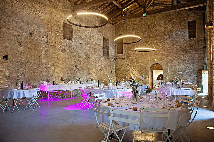 Diner de mariage dans la salle du pressoir