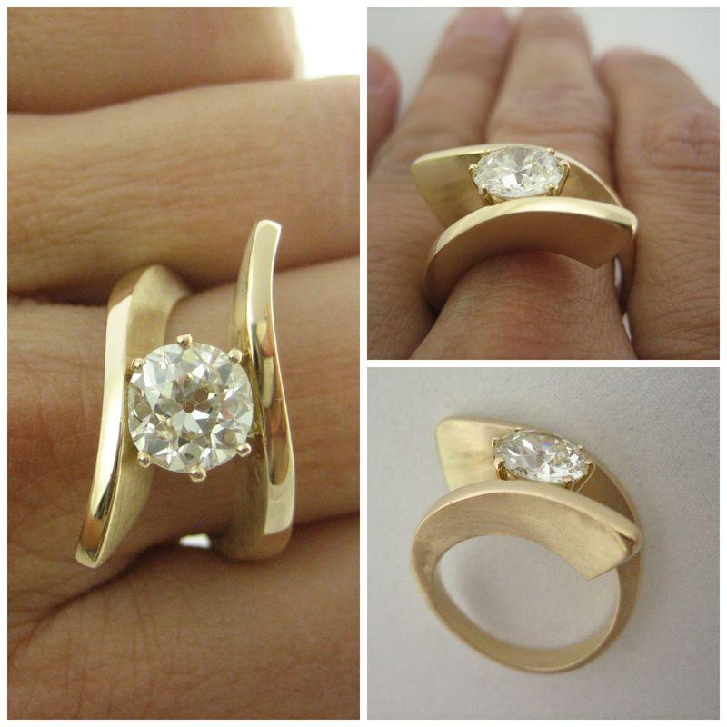 Prefieres la sobriedad de una sola piedra pero quieres un diseño diferente... seguro que este modelo en oro amarillo con acabado mate y brillo te encantará.
