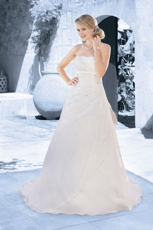 Beispiel: Schulterfreies Brautkleid mit Spitze, Foto: Kleemeier.