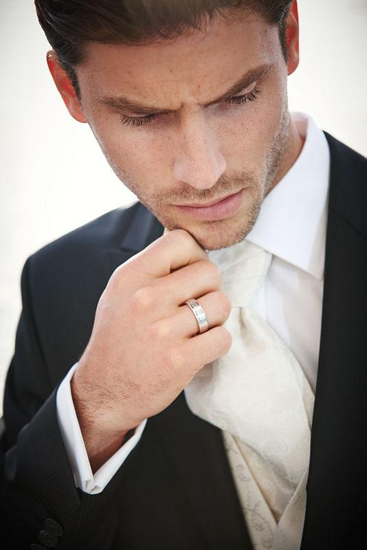 Gilet mit Plastron und Einstecktuch sollten immer auf das Brautkleid abgestimmt werden. Da können Sie aus über 100 Stoffen wählen!