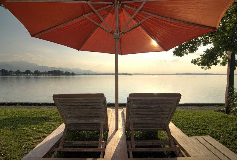 Beispiel: Sonnenliegen am See, Foto: Chiemgauhof.