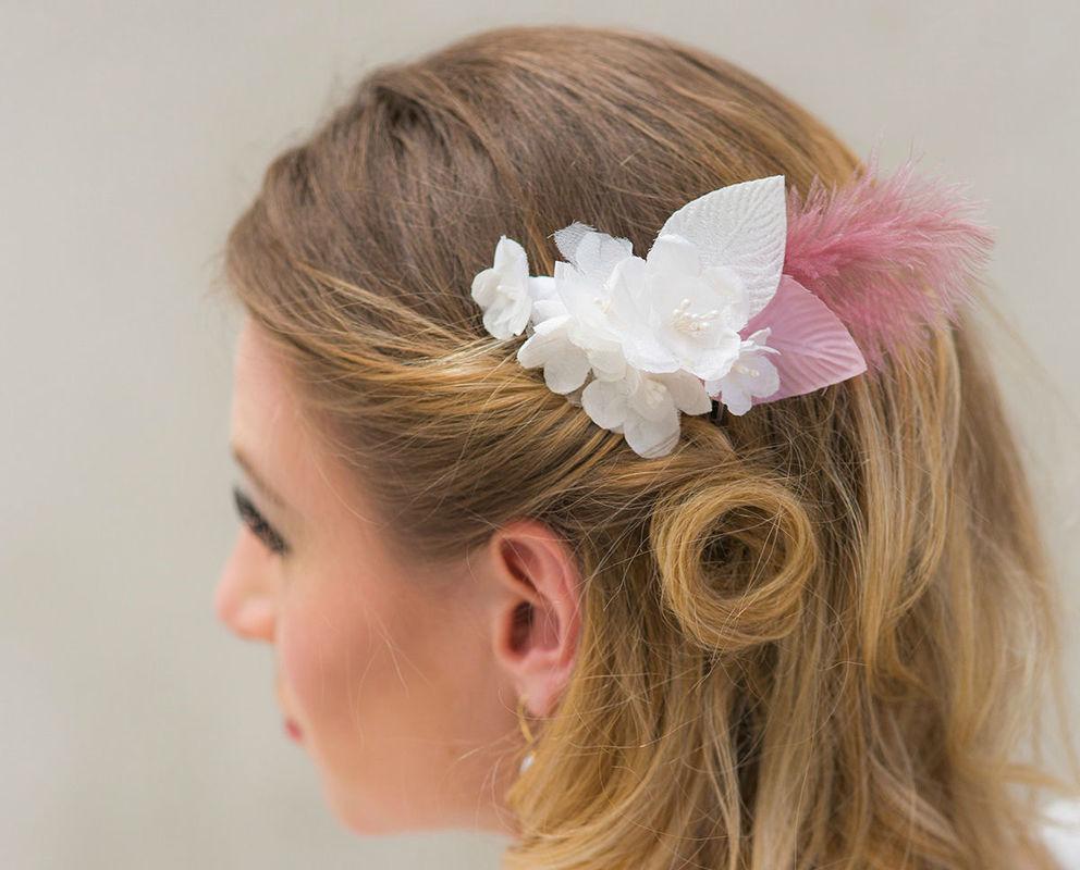 Haarschmuck aus seidenblumen, Samtblättern und Federn Hairpiece with silk flowers and millinery leaves with feathers