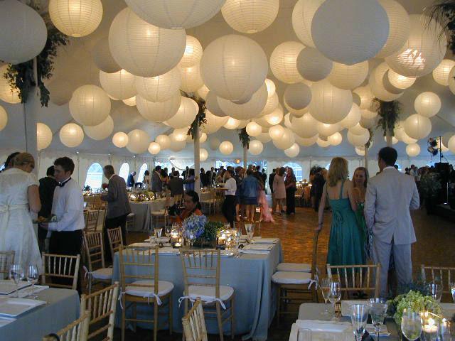 Mooie witte lampionnen ter decoratie van je huwelijksfeest.