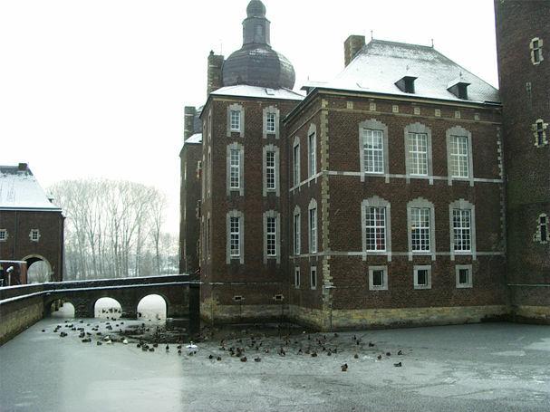 Winters uitzicht op Kasteel Hoensbroek
