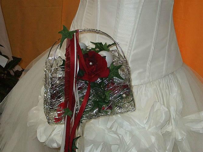Beispiel: Brauttasche aus Blumen, Foto: Gärtnerei Zobel.