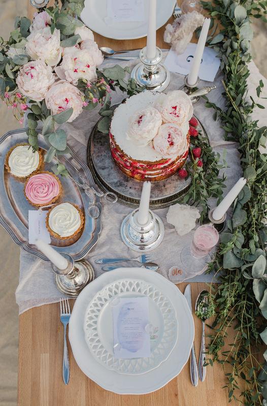 Fot. Atelier Wspomnień Stylizacja: Rekwizytornia&Company  Kwiaty: Bukiety Bankiety Tort i słodkości: Tarta Grzechu Warta