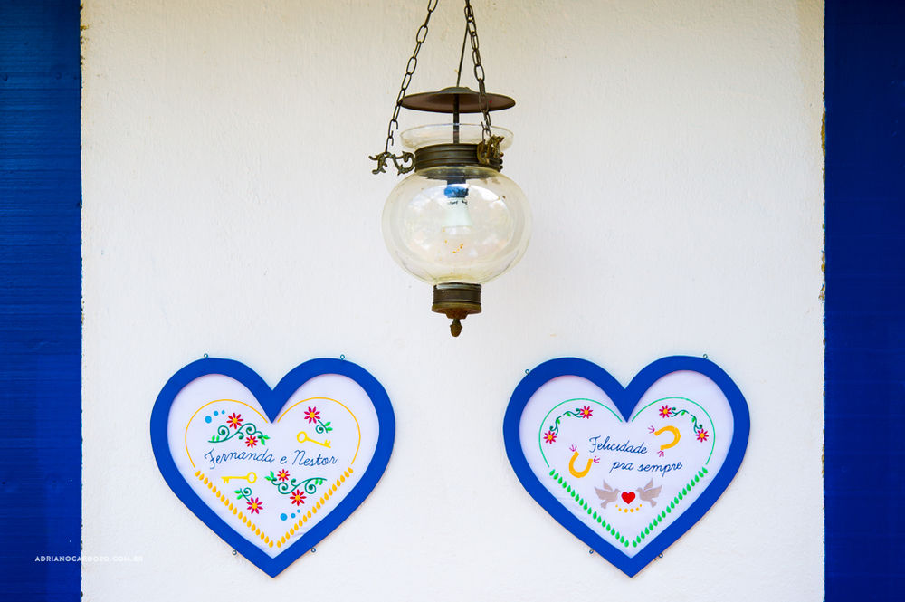 Na parede quadros bordados com o nome do casal e pedaços da música preferida deles