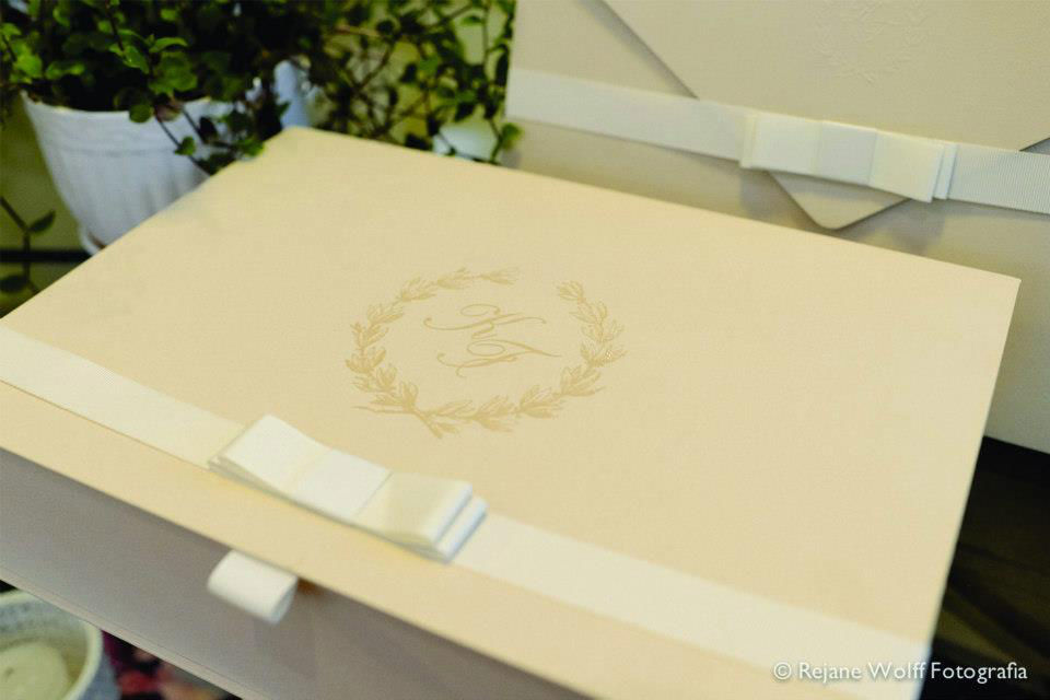 CDAM Design - caixa para padrinhos no mesmo papel do convite, personalizada com brasão em verniz.