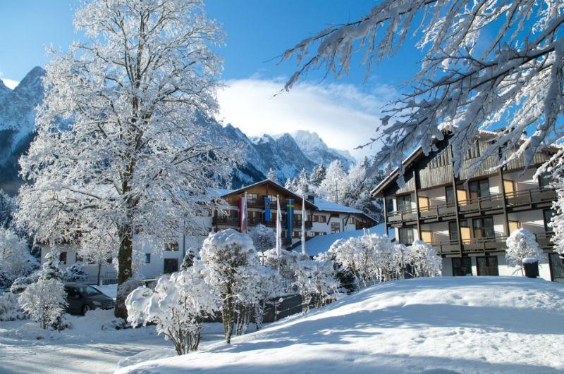 Beispiel: Außenansicht Winter, Foto: Hotel am Badersee.