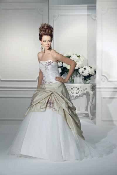 Beispiel: Brautkleider in vielen Größen und Formen, Foto: Bea's Brautmode.
