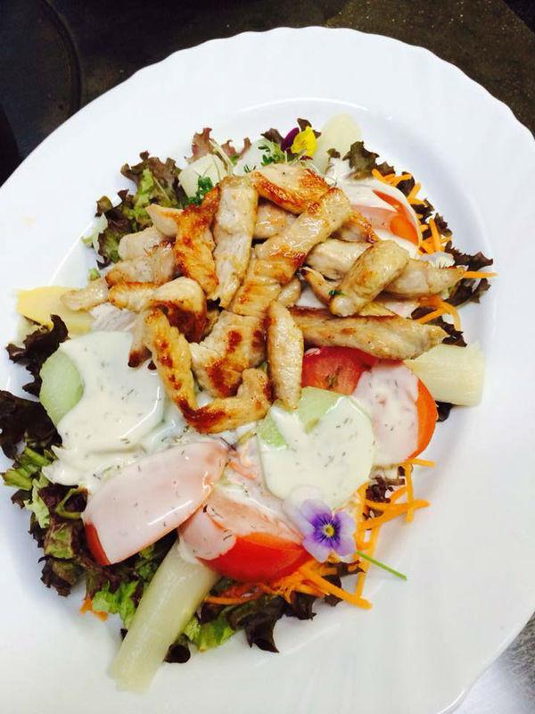 Beispiel: Salatteller mit Putenstreifen, Foto: Historisches Restaurant Lutzgarten.