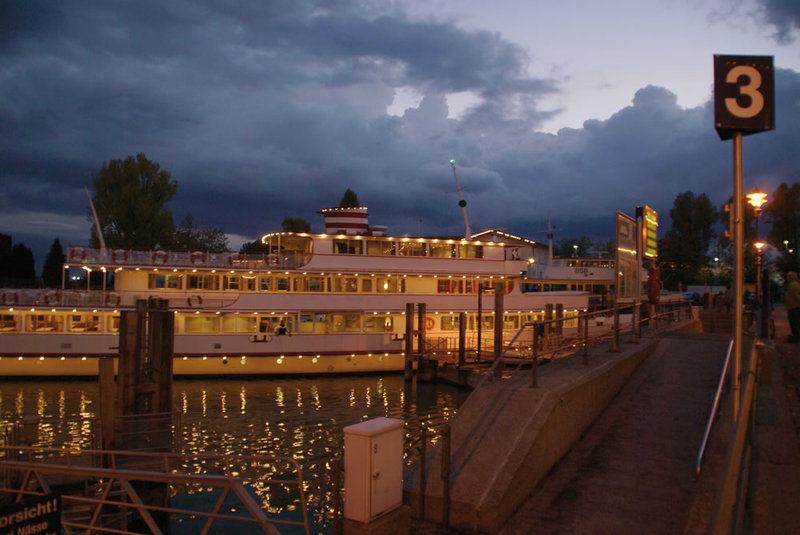 Beispiel: Schiff am Abend, Foto: Bodenseeschifffahrt.