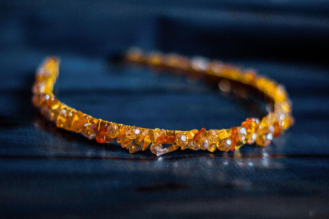 Ободок из натурального янтаря, цитрина и ювелирных кристаллов.