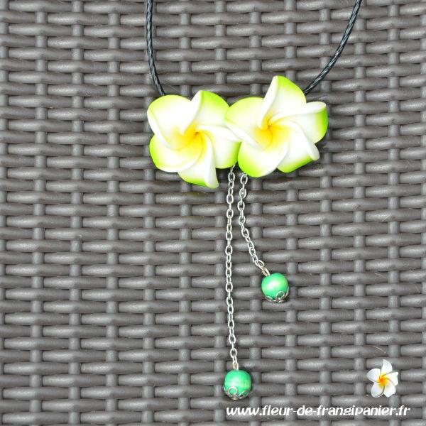 Colliers Lembogan ornés de 2 fleurs de frangipanier de 3 cm et de 2 petites perles en bois. Nombreux coloris disponibles.