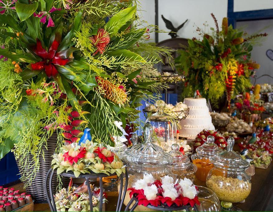 Detalhe do jardim tropical feito na mesa de doces