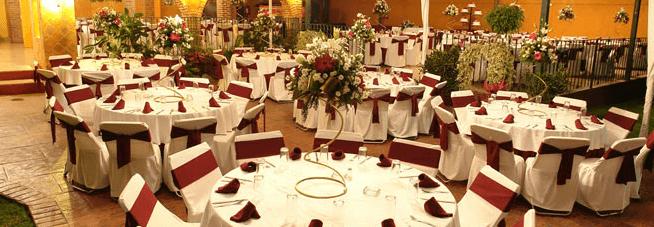 Vestido de mesas para un evento por la noche