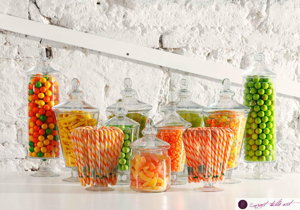 bunte Candybar mit leckeren Süßigkeiten in Vintage-Gläsern