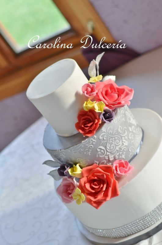 Torta con rosas de azùcar y encaje sobre plata