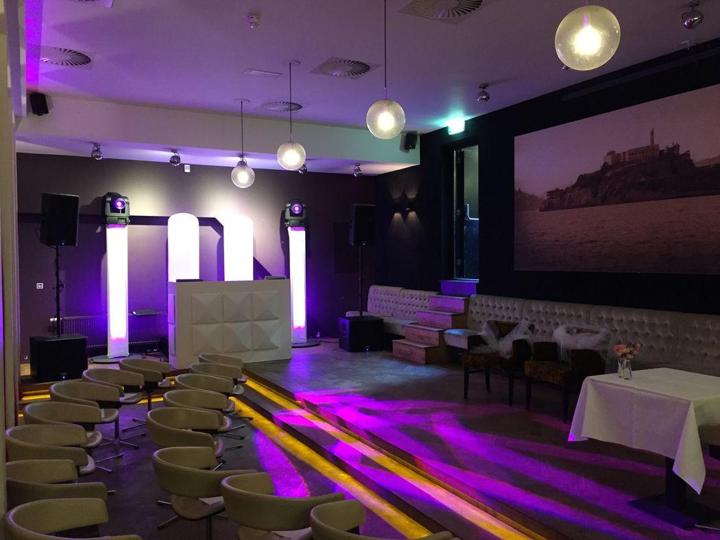 Ambitious White DJ-meubel met 3 sterren lichtshow en geluidsset tot 150 personen in de feestzaal van De Rechtbank te Utrecht