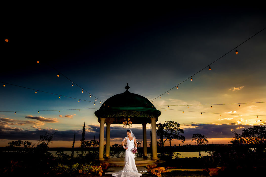 Casamento em Brasilia-DF. Julieta, a linda noiva do Odenir durante a previa de noiva na Villa Giardini em um por-do-sol maravilhoso. Sandro Andrade Fotografia