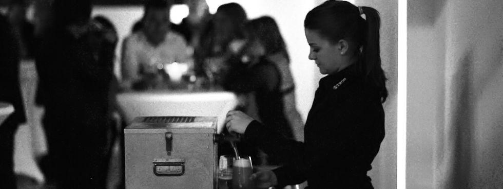 Beispiel: Zuvorkommendes Servicepersonal, Foto: Stroh Catering.