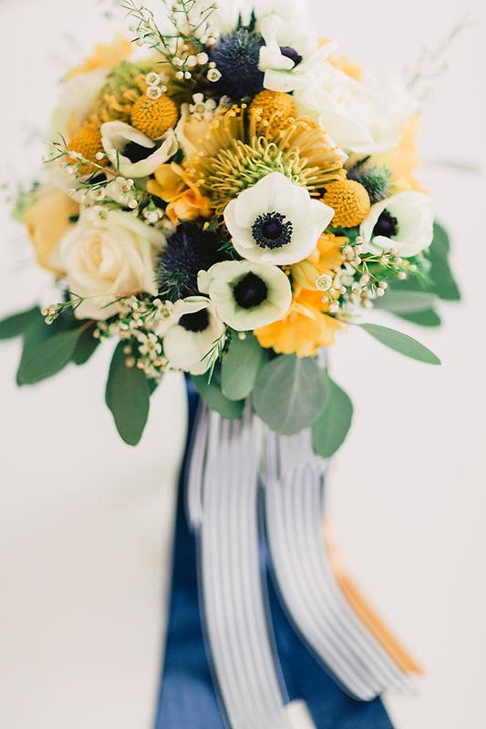 Bouquet de noiva em tons de branco, amarelo, azul, preto e verde natural