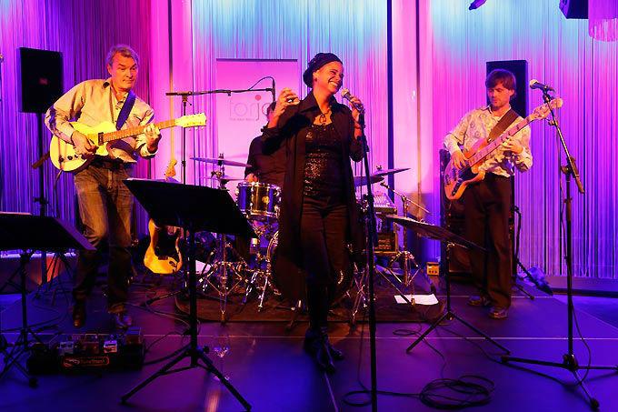 Beispiel: Live auf der Bühne, Foto: forjoy.